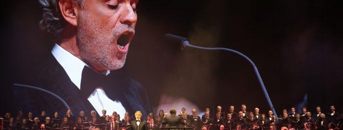 Live-Konzert von Andrea Bocelli mit großem Symphonie-Orchester.