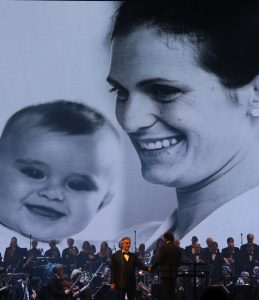 Live-Show von Andrea Bocelli mit Symphonie-Orchester.